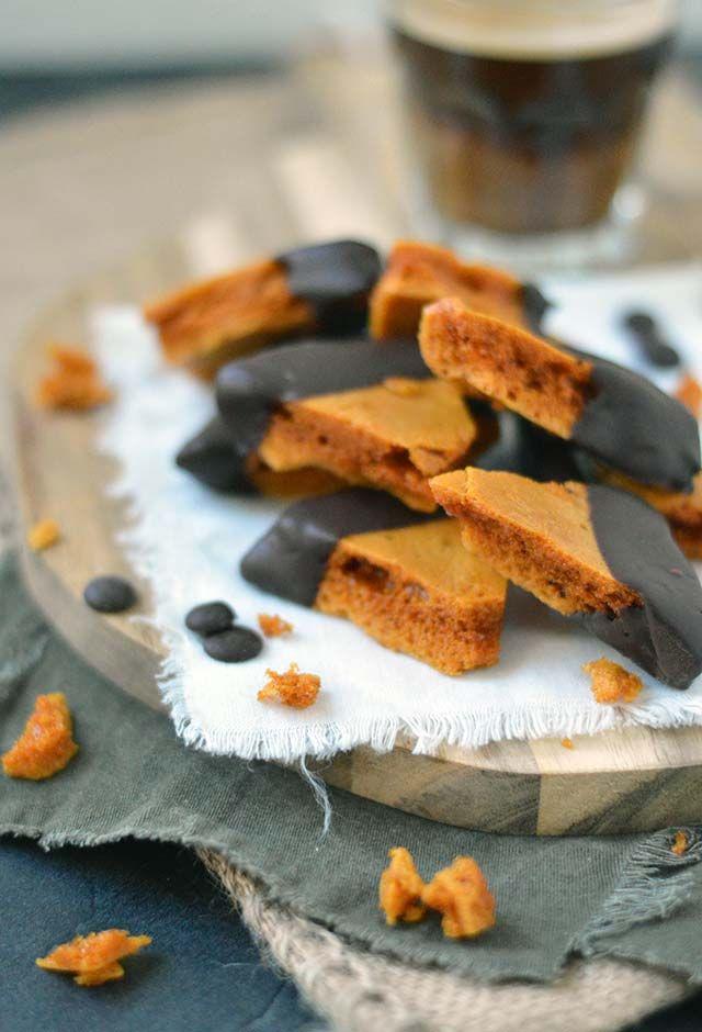 Honeycomb is lekker knapperig, smaakt naar karamel en is verslavend lekker (wees dus gewaarschuwd ;) ). Het heeft zijn naam te danken aan de honingraatstructuur en wordt ook wel Hokey Pokey genoemd. Waanzinnig lekker en helemaal door het laagje chocolade, yum! Bekijk snel het recept.