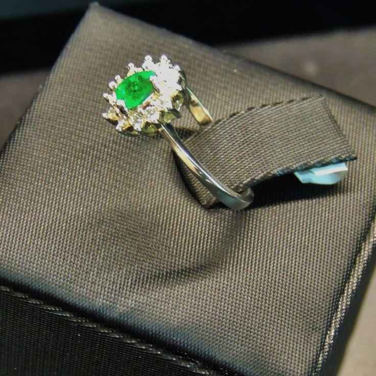 Anillo en plata 950 con esmeralda central ovalo y corona de circones redondos (estilo marquesa). Talla 6 US. RECS006 Precio COP $344.000. Contactanos www.makla.co. Ring /  Colombian Emeralds / Zircon / Sterlin Silver