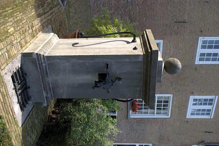 Oude waterpomp in het Begijnhof Breda
