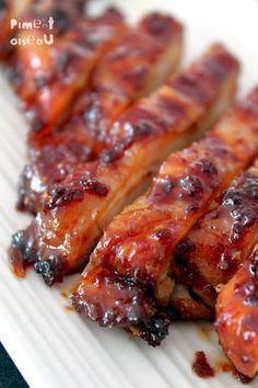 Poulet laqué miel épices cuit-2 blancs de poulet -8 càs de miel liquide -5 càs de sauce soja -1 càc de gingembre râpé -2 étoiles d'anis -1 bâton de cannelle -1 càc de piment en poudre Mélangez tous les ingrédients et faites mariner le poulet pendant 2H. Faites cuire 30 min à 190°C en l'arrosant souvent. Servez en tranches fines.