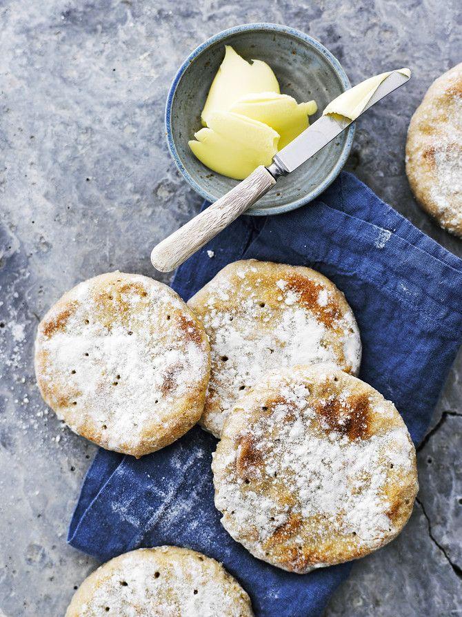 Ohrarieska. 1 kg ohrajauhoja 1 tl suolaa 1 tl leivinjauhetta 1 l kylmää vettä Valmistusohje: Sekoita jauhoihin suola ja leivinjauhe. Lisää sekaan kylmää vettä nopeasti käsin sekoittaen. Rieskataikina saa olla mieluummin löysähkö kuin liian tiivis. Kaada taikina jauhotetulle pöydälle ja jaa kahteen osaan. Paloittele kumpikin palanen 8 osaan. Muotoile noin 0,5–1 cm:n vahvuisia rieskoja. Käytä apuna reilusti jauhoja. Painele rieskojen pinnat rystysillä ja paina vielä haarukalla reikiä pint...