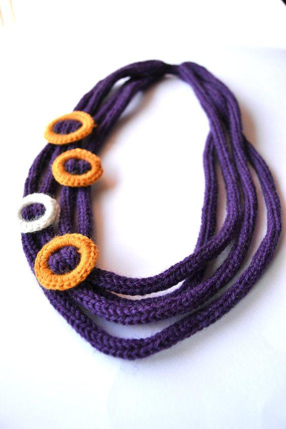 OOAK - Collana 100% lana, tricot, viola, cerchi, ocra, panna, intreccio. €26,00, via Etsy.