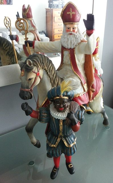 Sinterklaas op paard en Piet met de zak