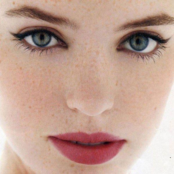 N'allourdissez pas votre make-up, une bouche rosie ou rouge effet mordu, et un trait d'eye liner suffisent souvent !