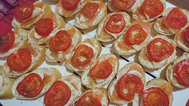 Baguette mit Lachs, Mozzarella und Tomaten.