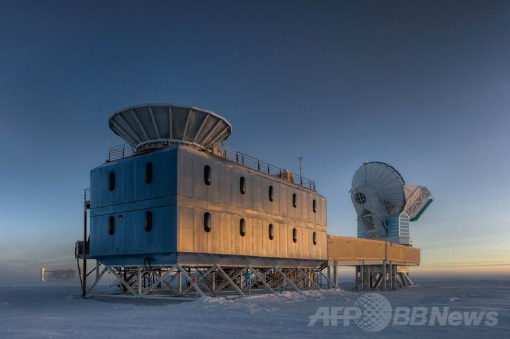 BICEP2望遠鏡(左)が設置されている南極の「ダーク・セクター・ラボラトリー(Dark Sector Laboratory、DSL)」(撮影日不明)。(c)AFP/STEFFEN RICHTER/HANDOUT ▼18Mar2014AFP|宇宙誕生時の重力波を初観測、宇宙の急膨張を裏付ける大発見 http://www.afpbb.com/articles/-/3010504 #Dark_Sector_Laboratory #DSL