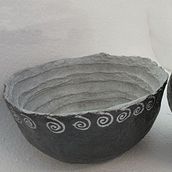 Ciotola spirale porta oggetti, realizzata a mano da '' il mastrocartaio '' con l'utilizzo della cartapesta