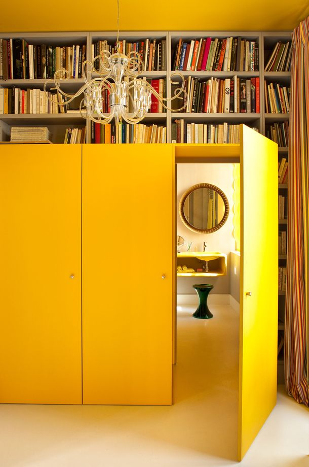 Je n'aime pas le jaune mais j'adore le concept de la pièce cachée derrière ce qui semble être une porte de placard.