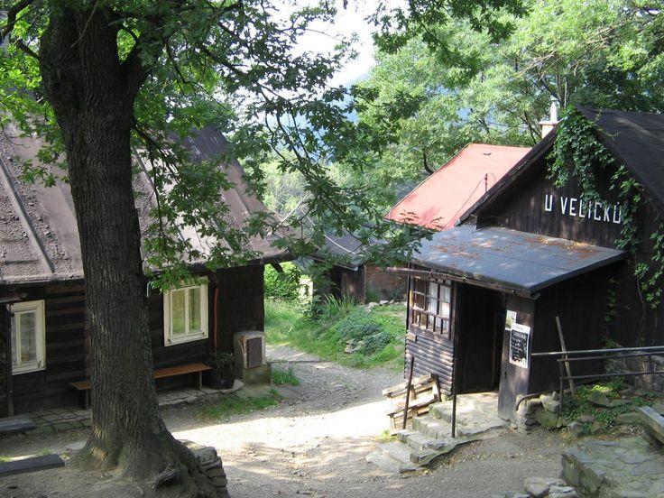 To, co začalo jako sousedská výpomoc, je dnes mezi turisty legendou. Rodina Veličků v Beskydech se v první polovině 19. století rozhodla, že po práci uvítá u sebe doma sousedy a společně si něco dobrého vypijí. Postupně se ale cestou na Lysou horu stavovalo v dřevěné usedlosti čím dál víc pocestných, a tak vznikla hospoda. Dnes nejstarší v Beskydech.