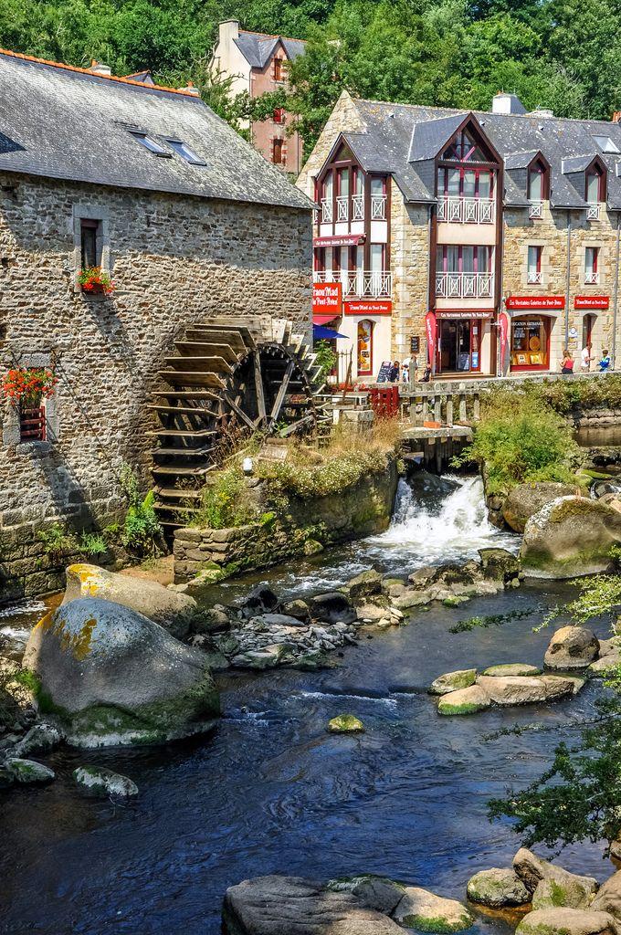 Moulin animé par une roue à aube sur l'Aven, la rivière qui traverse Pont-Aven, Finistère Sud, #Bretagne.