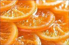 КАРАМЕЛИЗИРОВАННЫЕ АПЕЛЬСИНЫ. Домашние будут в восторге!  Ингредиенты:  1 кг. апельсинов 400 г. коричневого сахара 100 г. воды  Приготовление:  По возможности лучше брать апельсины среднего размера. Нарезать фрукты кружочками шириной 0,5 см. Возьмите глубокую сковороду, насыпьте на дно коричневый сахар, выложите слой апельсинов. Процедуру повторите: слой сахара и слой апельсинов. Завершите его слоем сахара. Залейте водой. Томите под крышкой на маленьком огне 2 часа. При не...