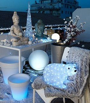 Ambiance givrée Que diriez-vous de transformer  cette année votre terrasse ou votre balcon en banquise ?  Cet hiver, faites souffler un vent glacial sur vos extérieurs. Un ours polaire lumineux à base de Led, quelques pyramides électriques, un tapis blanc, une guirlande lumineuse de glaçons, quelques boules blanches ou en forme de flocon, des pots lumineux, blancs de préférence… et le tour est joué. Alinéa
