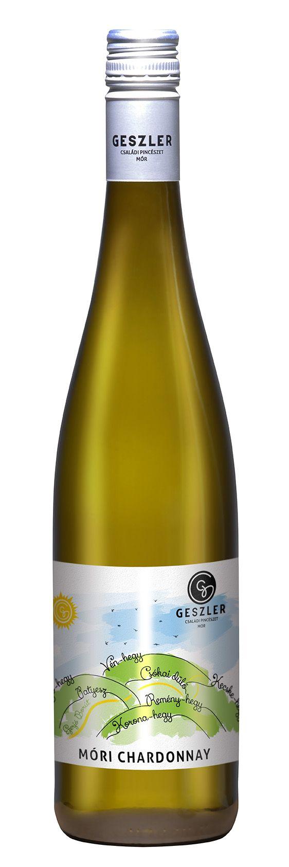 Móri Chardonnay (2015)  OEM SZÁRAZ fehérbor Tippünk: Egy kellemes gyalog- vagy kerékpártúrán az Ezerjó Borúton meg lehet győződni e páratlan táj szépségeiről. Ismerd meg, rabul ejt... a táj is! A megújult címkén természetesen visszaköszön Mór, szőlőterületeink olvashatóak rajta középen pedig az Ezerjó Borút fut rajta végig. Így már Csákberénytől indulva Csókakőn át Mórra is el lehet jutni a borúton a Vértes alatti kerékpárúton. A táj gyönyörű, akár csak ez a Chardonnay.