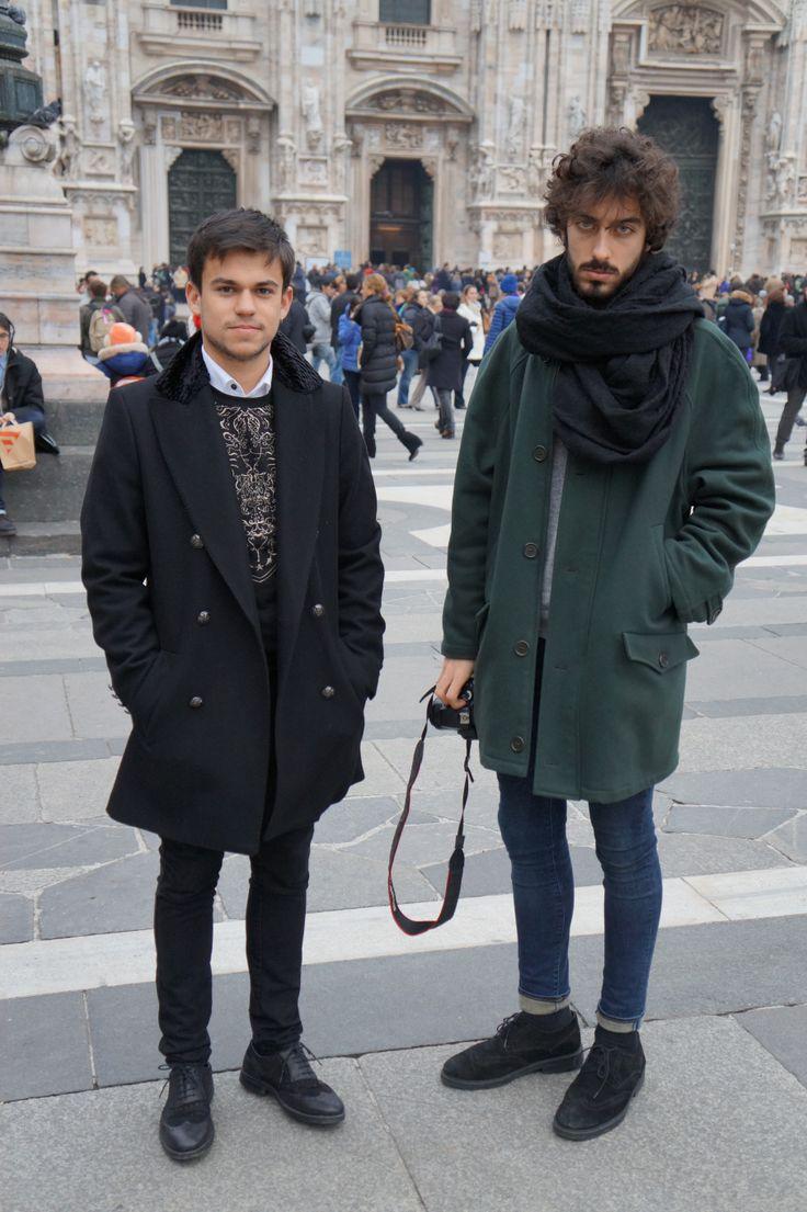 Questi due ragazzi hanno uno stile comune, tra il grunge e il bohemien. Il ragazzo a sinistra punta sul nero, valorizzando i ricami dorati della felpa. Il secondo ragazzo fa della sciarpa e delle scarpe nere la cornice del verde petrolio del cappotto e il blu dei jeans stretti. // By Alessandro Rovetto