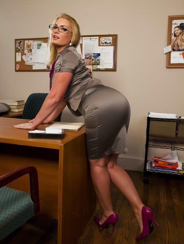 Грудастая секретарша перед увольнением ежедневный апдейт