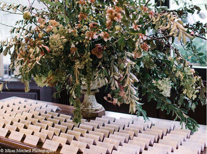Un plan de table sous une oeuvre végétale