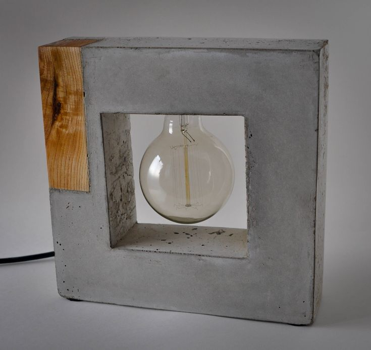 The wood accent of this square lamp warms-up it's concrete coldness style.