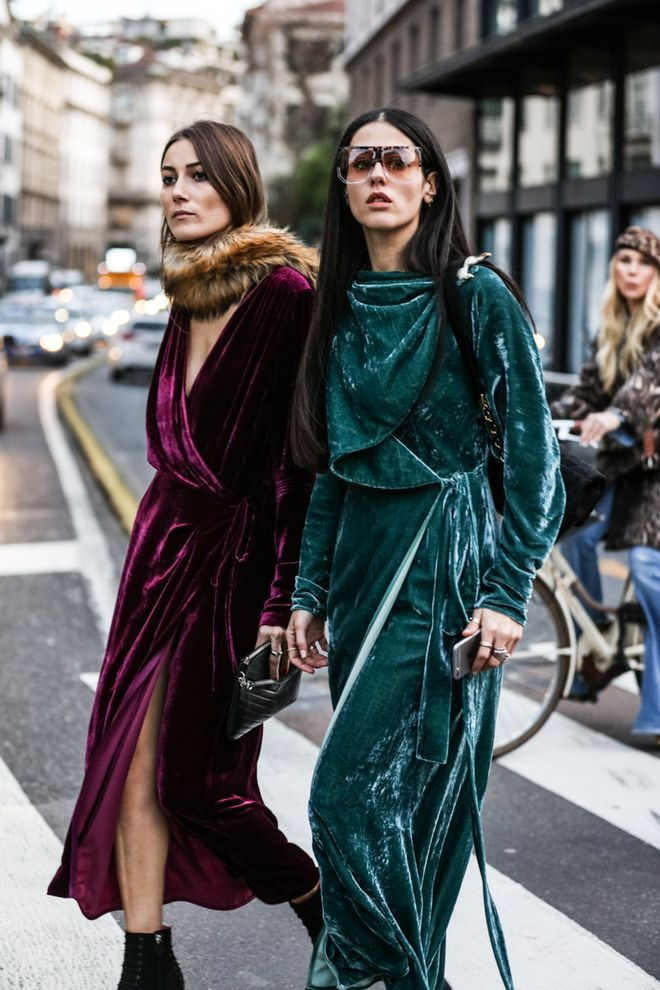 Street look à la Fashion Week automne-hiver 2016-2017 de Milan . Velvet in emerald green and burgundy perfect for autumn. Velvet dresses and how to style them on a streets of Milano.
