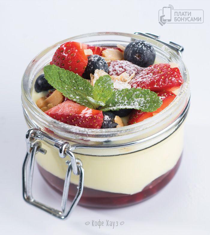 Пудинг-банкейк с заварным кремом и ягодами.