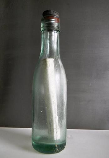 Foi encontrada a mensagem dentro de garrafa mais antiga do mundo!  O objeto estava no mar há 97 anos, e a carta dizia que quem devolvesse para o diretor do conselho de pesca da Escócia, ganharia uma recompensa de 6 pences, o mesmo que R$ 0,20.  O recorde já foi registrado pelo Guinness World Records.  Parece história de filme!!