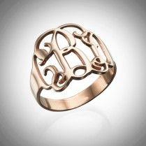 Monogrammi sormus ruusukultauksella  Monogrammi sormus, johon saat valita haluamasi monogrammin. Sormus on ruusukullattua Sterling-hopeaa.  Tämä upea sormus soveltuu loistavasti lahjaksi rakkaallesi tai myös lisäksi omaan sormuskokoelmaan!