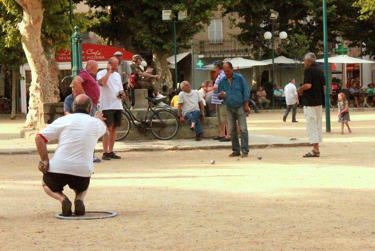 Idealna gra na letnie popołudnia. Francuskie petanque i zimny pastis. Warto spróbować.