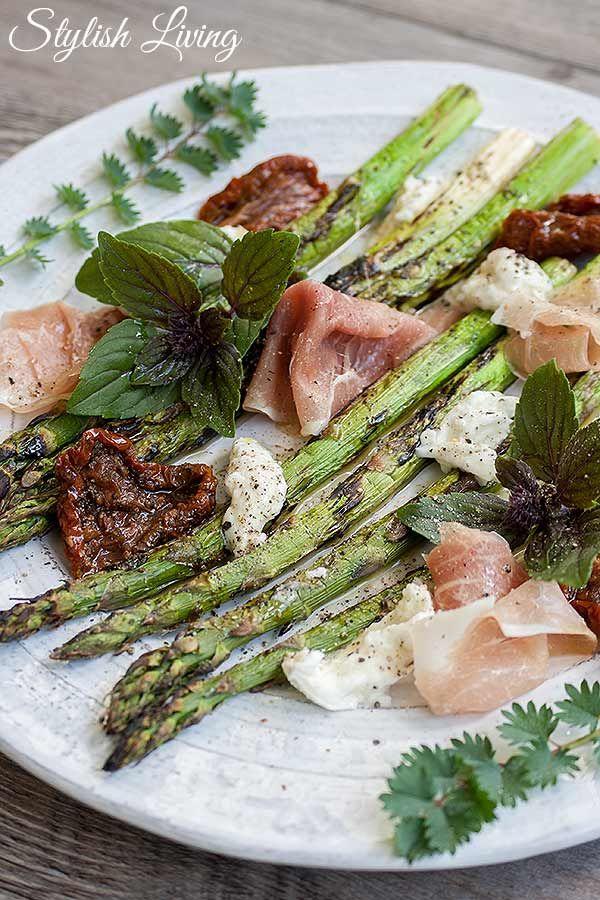 Grüner Spargel gegrillt mit Parmaschinken und Mozzarella