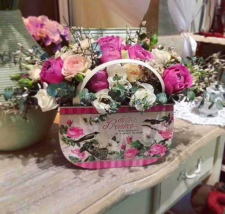 этот день букеты цветов фото в декоративных сумках столом тоже выбрал