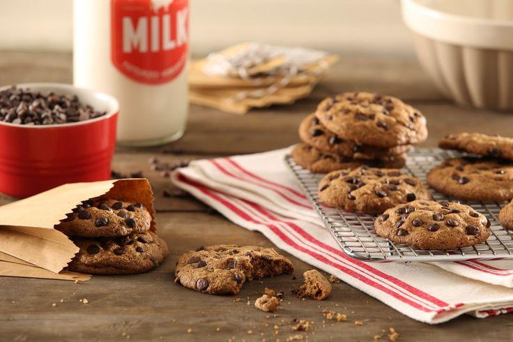 CHOCOLATE CHIP COOKIES -  Ingredientes: 225 g de manteca a temperatura ambiente, 150 g de azúcar común, 225 g de azúcar negra, 2 huevos, 1 cucharadita de esencia de vainilla, 260 g de harina 140 g de maizena, media cucharadita de bicarbonato de sodio y 150 g de chips de chocolate semi amargo.