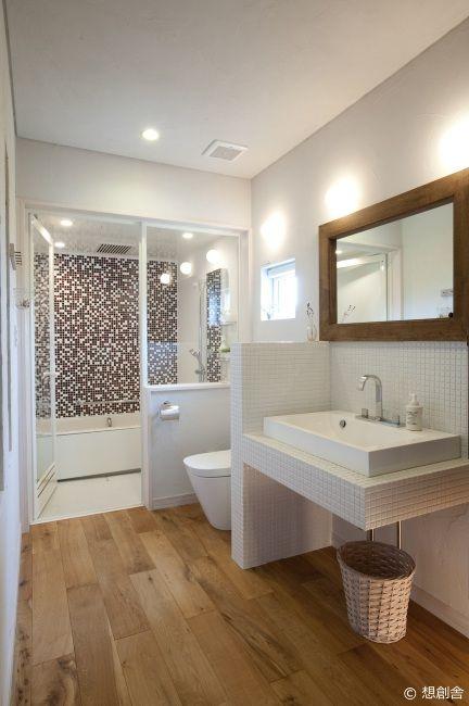 一室空間の洗面、トイレの奥にガラス貼りのバスルームを配置した、ホテルスタイルな空間。 洗面とトイレの間は、白のモザイクタイルでつくった造作壁で仕切り洗面側にはそのまま陶製の洗面台がついたつくり。 体験宿泊の際には、バスルームでお湯にゆったりと浸かった後は、ぜひ自慢のミストサウナを体験してみてください。 そして、翌朝、バスルームの湿気がなくなっていることを確認してください。 これが『FPの家』の24時間計画換気システムの力なんです。