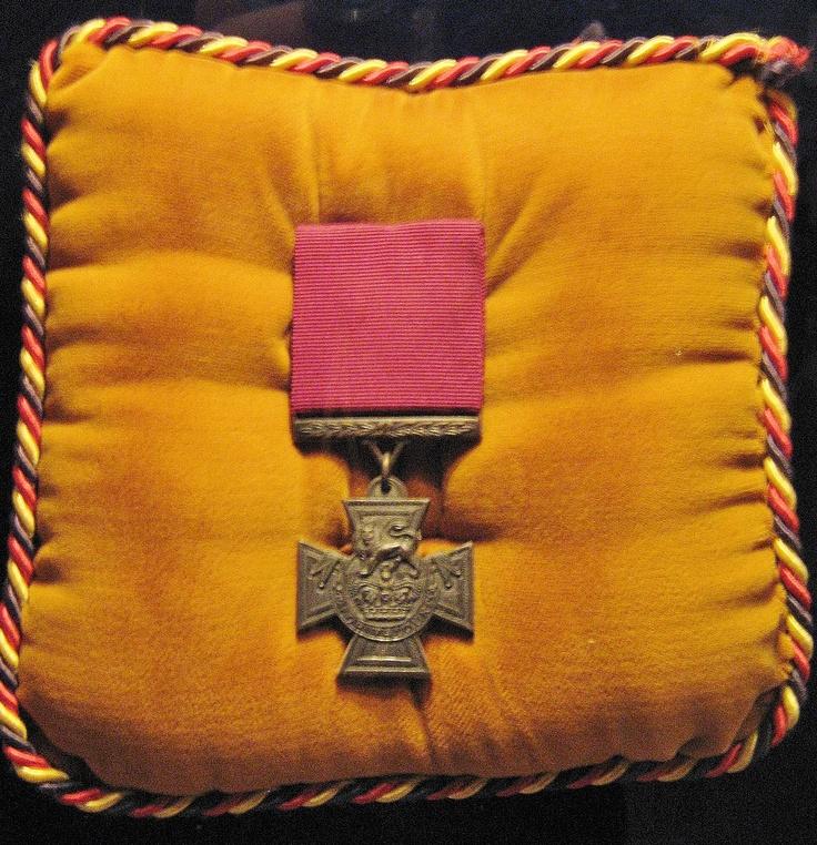 La Croix Victoria (Victoria Cross) est la plus haute décoration militaire britannique et est donnée au récipiendaire pour récompenser un geste de courage exceptionnel au péril de sa vie. Cette décoration fut instaurée par la reine Victoria en 1856 et récompensa 93 Canadiens.  Trois membres du Royal 22e Régiment reçurent cette médaille; le cpl. Joseph Kaebles, le lt. Jean Brillant et le capt. Paul Triquet. Ces décorations ajoutent au prestige du Régiment et prouvent la valeur de ses membres.