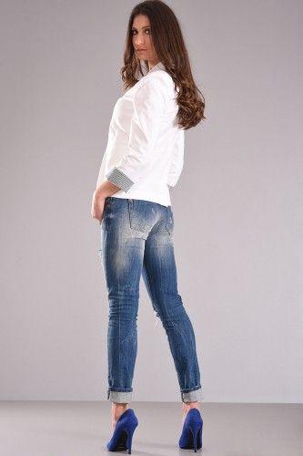 Σακάκι μεσάτο κοντό με φόδρα εσωτερικά και διακοσμητική ριγέ φόδρα στο μανίκι σε άσπρο χρώμα από βαμβακερό ύφασμα με ελαστικότητα. Συνδυάζεται υπέροχα με το Παντελόνι Chinos για κομψές και εντυπωσιακές εμφανίσεις.    Μεγέθη : Medium / Large  Χρώμα : Άσπρο  Σύνθεση : 97%COT 3%EL