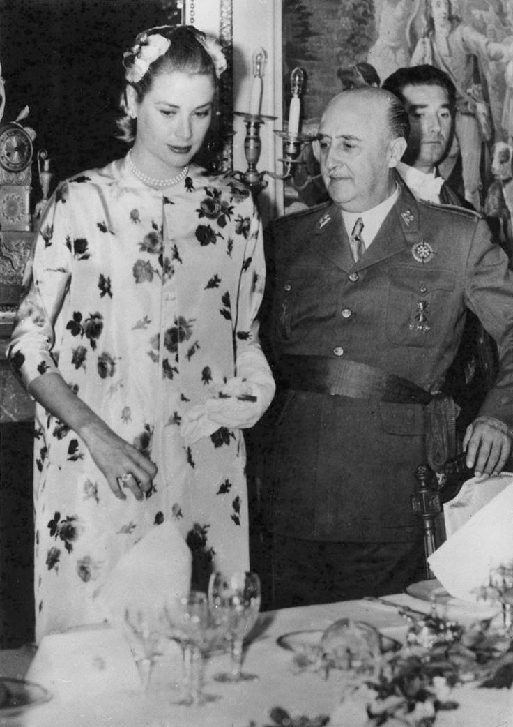 Principessa Grace ad un pranzo presso il Palazzo Pardo su una visita in Spagna nel maggio del 1956. Principessa Grace e Ranieri erano ancora in luna di miele.