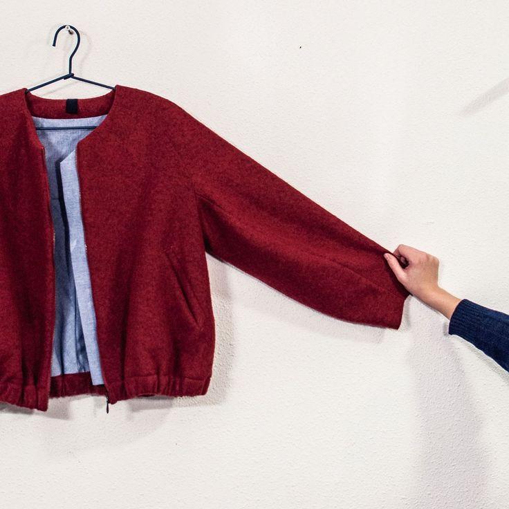 Puffy bomberjacket met raglanmouwen, elastiek in de zoom, een rits, voorzakken en katoenen voering. #damesmode #jacket