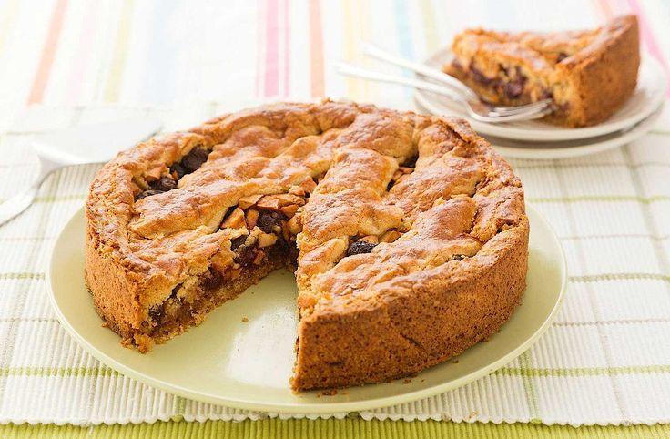 Lekker zeg, deze taart met een vulling van appel en kersen op een bodem van bitterkoekjes.