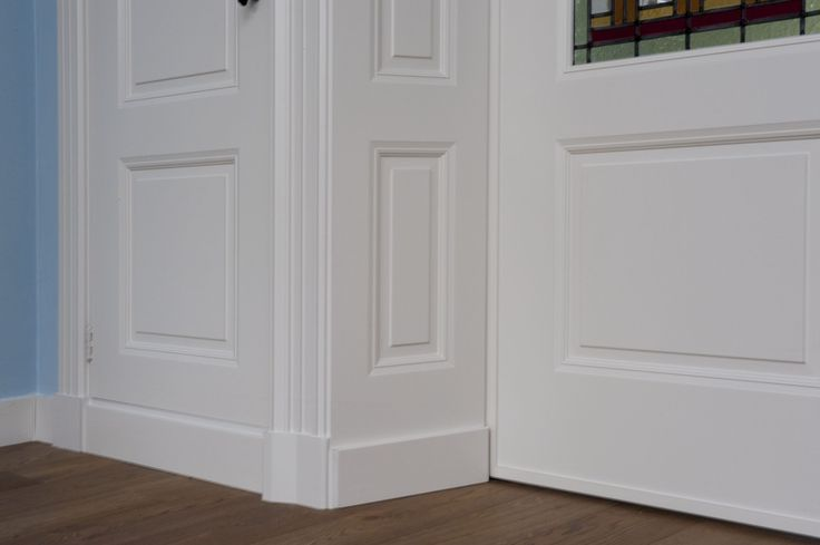 Detail foto van het gereproduceerde profiel in de panelen en deuren. Belle…