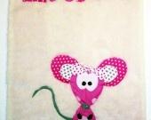 Couverture souris rose avec un côté fausse fourrure écru et l'autre en polaire fuchsia Un gros nœud pour une souris qui à du style et des grandes jambes qui gigote dans tout les sens et qui sont rembourrée avec de la ouate polyester anti-acarien.