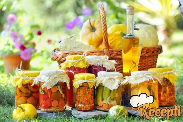 Recept za Ljute pečene paprike sa belim lukom. Za spremanje zimnice neophodno je pripremiti ljute paprike, sirće, ulje, so, beli luk i peršun.