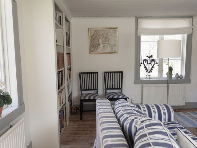 stiligahem.se - swedish country style. Modern gustavian style blue, gray and white. Stripes and checks. Built in bookshelves. Leksandstol, leksandsruta, tuppastake,