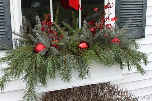 25 best ideas about winter window boxes on pinterest for Decoration fenetre exterieur