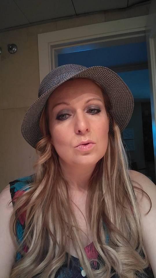 Poniendo morritos con mi sombrero nuevo antes de salir bajo el sol de Madrid.. ;)