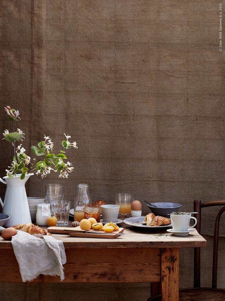 Att duka upp till en lyxig långfrukost på en plats man verkligen älskar, det är då den ultimata sommarkänslan infinner sig. Frukosten ska avnjutas länge och kanske allra helst utomhus. Bara fötter i gräset och en stark kopp kaffe på bordet, det är den bästa starten på lediga dagar!