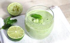 Een frisse komkommer-avocado soep met limoen is perfect voor een warme zomerdag. Fris en romig tegelijk. Het gezonde koolhydraatarme recept vind je hier.