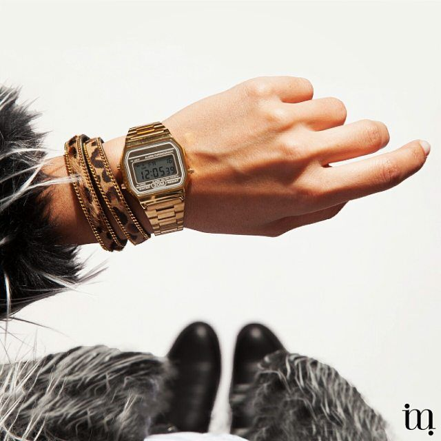 Vrijdag, zwart en goud van top tot teen! Mooi gouden vintage horloge met fashionable bont jasje. Super stylish! From where I stand I see my watch and furry coat! www.miinto.nl #miinto #miintonl www.miinto.nl