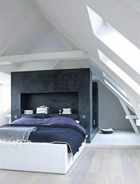 Moderne slaapkamer op zolder, met veel licht en eigen douche. Wat een heerlijke rustgevende inrichting!