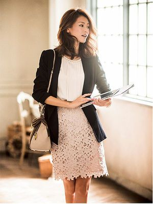 レースのタイトスカートを使った控えめだけど女らしいコーデ♡ ビジネスシーンにおすすめのコーデ、ファッションスタイルのアイデア。