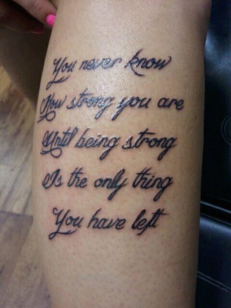 Veja 45 exemplos de lindas tatuagens escritas com letras diversas e em várias partes diferentes do corpo.