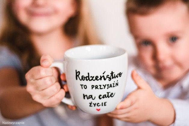 Kubek porcelanowy 300 ml z napisem - Rodzeństwo to przyjaźń na całe życie   pojemność - 300 ml wysokość - ok. 9 cm   Jeżeli oprócz więzów krwi w swoim bracie lub siostrze znajdujesz pokrewną...