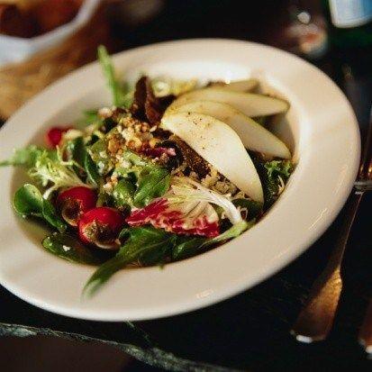 Салат из рукколы и груши с маскарпоне и жареными грецкими орехами