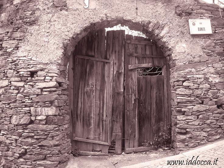 Un vecchio portale nel cuore del centro storico